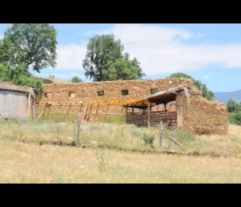 Продажба на парцел с две постройки  на няколко километра от град Петрич