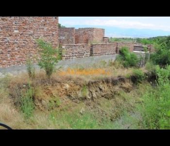 Продажба на къща с парцелна няколко километра от град Петрич
